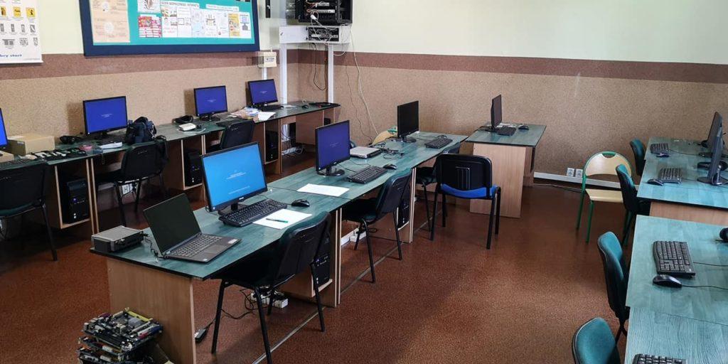 pomieszczenie pracowni komputerowej w szkole